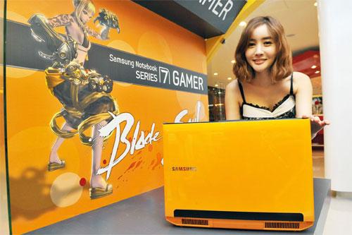 Желтый ноутбук Samsung Series 7