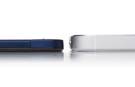 Сравнение толщины нового Vivo X3 и iPhone 5 (справа)