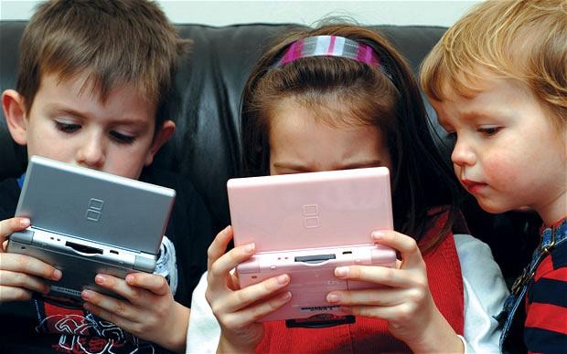 Дети играют на смартфонах