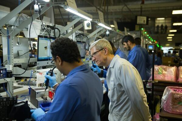 Стив Кук на заводе производства дисплеев для Mac