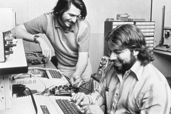 Стив Джобс и Возняк собирают первый компьютер Apple